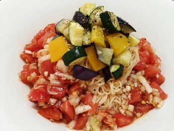 サルサソースの活用法として、ぜひおすすめなのが、冷製パスタ。辛みのきいたサルサソースが、よく合います。夏野菜たっぷりで、暑い季節の癒しのひと皿です。