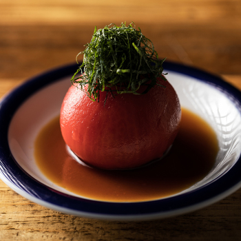 丁寧に湯剥きされたトマトにお出汁、紫蘇が乗っています。夏なら冷やしトマトにポン酢、スプラウトなどをこんもり乗せて応用してもいいかも!