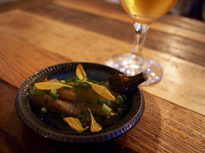 ナスの煮びたしには、きざみ万能ねぎと食用菊をちらして。お皿をナスの色味と合わせて大人のお料理っぽい雰囲気を。