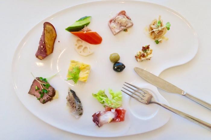 美術館内にはおしゃれなカフェレストランが併設されており、加賀野菜や地元食材を取り入れたメニューをはじめ、ビュッフェ式のランチやスイーツを提供しています。ガラス張りの開放的な空間で美味しい食事をいただきながら、贅沢なひとときを過ごしてみませんか?