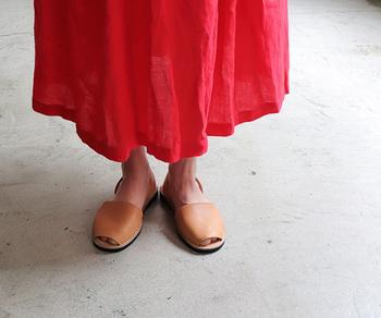 パンツスタイルに合わせればメンズライクに、スカートやワンピースと合わせればナチュラルガーリーに。無駄のないルックスだから、あらゆるテイストに変幻自在です。