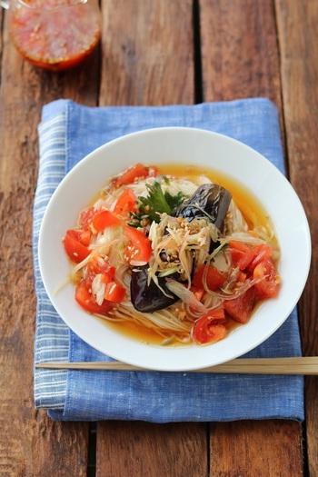 夏の定番・そうめんを、なすとトマトで栄養プラス&ボリュームアップ。なすはフライパンで軽く揚げ焼きにするので、調理時間10分と手軽です。