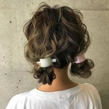 ともすると子供っぽくなってしまうツインテール。毛先を中に入れ込んだり、旬のヘアアクセサリーを活用するなど、一手間加えればたちまち大人にマッチするスタイルに。ポワンとした毛束がキュート!