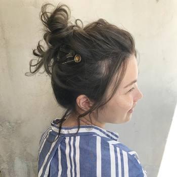 お団子も、ポニーテール同様高めの場所でまとめるのが夏っぽい♪毛先はわしゃわしゃっと散らし、アレンジにランダムな動きを足し算。後れ毛はたっぷり残してラフ感を演出!