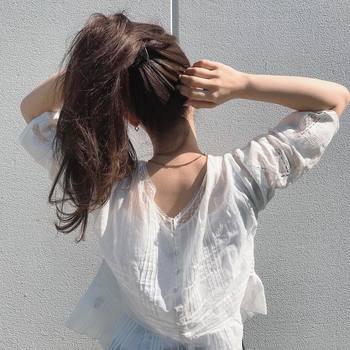 明るい色柄のファッションアイテムが増える夏。ヘアもそのテンションに合うよう、快活な雰囲気に仕上げるのがおすすめです。 今回は、アレンジのパターン別に、夏らしさ満点のアクティブスタイルをご紹介します♪