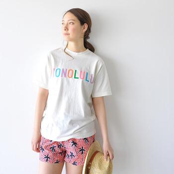 リラクシーなTシャツをONするのも素敵!カラフルな色使いが、ビーチスタイルの夏感をグッと後押ししてくれます。