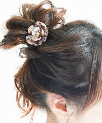 飾り付きヘアゴムは、これだけでアレンジ+華やかさをプラスできる便利なアイテム。マーブル柄のフラワーは子供っぽくなりすぎず大人の女性も使いこなせます。