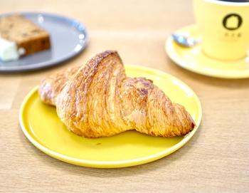 お店で焼いている自家製クロワッサンがおすすめです。噛んだ時のパリパリッとした食感と、ジュワッと香るバターがたまりません…!毎日食べても飽きないパンは、売切れになる前にお早めにどうぞ。