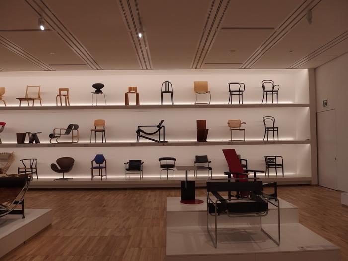 3Fは「アートとデザインをつなぐフロア」として、ポスターや椅子を中心としたコレクションを展示しています。こちは様々な椅子を鑑賞できる「名作椅子のコレクション」。近代建築の巨匠、ル・コルビュジェの作品をはじめ、世界各国の個性的でおしゃれな椅子がずらりと並びます。展示されているコレクションの中には、実際に座ることができる作品も。