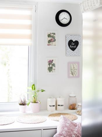 小さめのイラストを何枚も持ってる場合は、白い壁にランダムに並べてみてください。こうした少し狭い空間に何枚も飾る場合は、額縁に入れてアクセントを加えれば飾りやすいですよ。特にバラなどの花びらが美しい色合いのイラストは、飾るだけでお部屋にエレガントさを添えてくれるのでおすすめです◎
