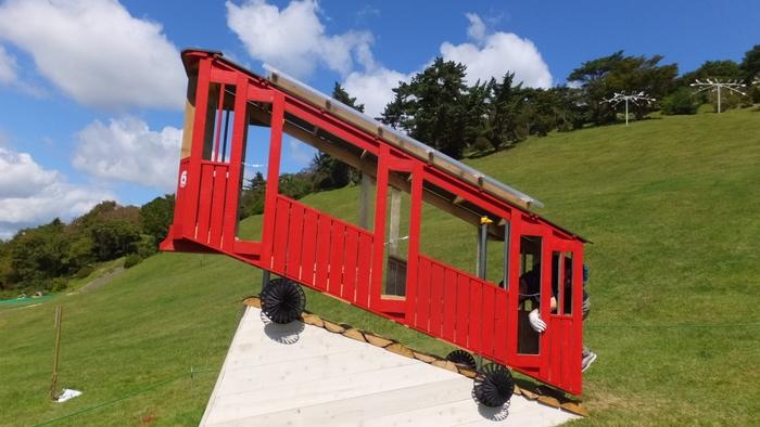 六甲山は明治時代に、居留外国人によって別荘地やレジャーの場として開発されました。現在も神戸のランドマークとして愛される六甲山を舞台に、現代アートらしいユニークな作品が展示されます。美しい眺望と自然を満喫しながら、子供から大人まで世代を問わず楽しめるアートイベントです。