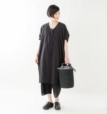オールブラックコーデなのに爽やかな涼感を与えられるのは絶妙なパンツ丈と素材感。バッグもブラックの籠バックで潔く。早速真似したい夏のブラックコーディネートです。