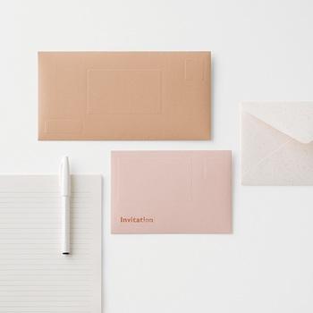 紙の道具「紙器具(しきぐ)」を提案するブランド大成紙器製作所。 のレターセットは、「紙器具」として、紙が私達の暮らしに寄り添う道具として、「伝える・ 収める・設える」という価値を再発見するために作られたアイテム。