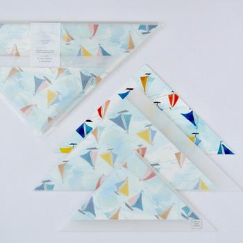 正方形の便箋と、三角封筒のレターセット。カラフルなヨットのデザインと透け感のある封筒が、とっても涼し気で、夏のお便りにもぴったり!