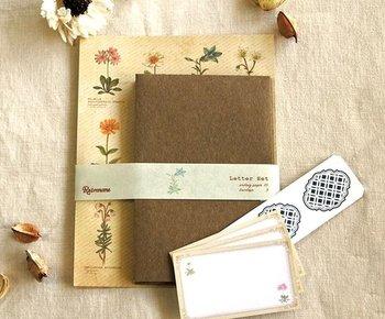 水彩タッチで描かれた高山植物達が図鑑風に並んだレターセット。 ちょっぴりレトロモダンで懐かしいような優しい雰囲気は、いろいろなシーンのお手紙に活躍してくれそう…。 例えば、植物好きな方や山好きの方へのお手紙を書いたり、プレゼントにメッセージを添える時にもおすすめです。