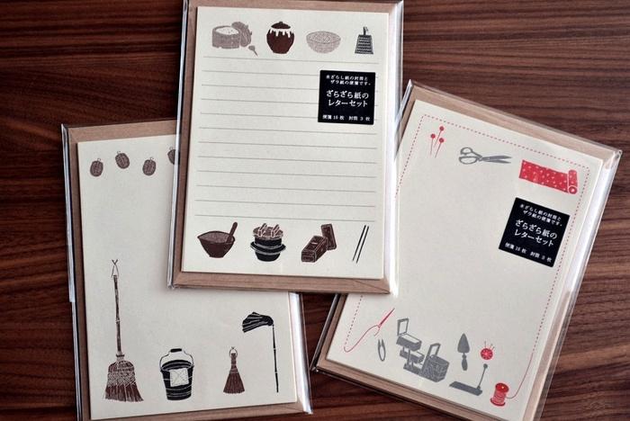 こちらは、日本の四季の風物や工芸品、懐かしい暮らしの道具をモチーフにしたレターセット。 見ているだけで、心がほっこり和みます。持ち歩くのに便利なハガキサイズなので、旅先から気軽に手紙を出したり、贈り物にさりげなくメッセージを添えたりと、日常使いにぴったりです。