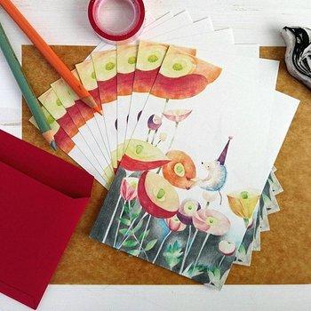色鉛筆で描いた可愛らしいハリネズミと色あざやかなポピーの花をモチーフにしたミニレターセット。 まるで絵本のワンシーンのようなメルヘンチックな世界感は、受け取った人の心を優しく癒してくれるハズ。