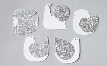 デザインディレクターの富岡正直と陶芸作家の伊藤利江により、2009年大阪で活動を開始したBIRDS' WORDS(バーズワーズ)からは、愛嬌のある5種類の鳥モチーフのカードをご紹介します。 厚みのあるしっとりとした風合いの紙に、銀色のハンコ模様が箔押しされ、ちょっとクールな可愛らしさがたまりません。