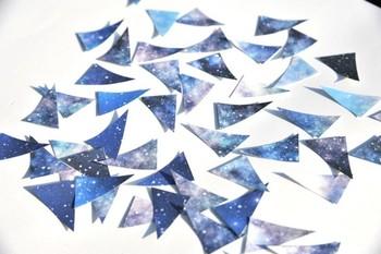 まるで星空を切り取ったような、三角形のフレークシールは、一枚づつが違う色合いになっていて、天体の色々な表情が楽しめます。ワンポイントに一枚貼ったり、複数貼って広い星空を作ってみたり…暑い季節に星空の贈り物なんて素敵ですね!
