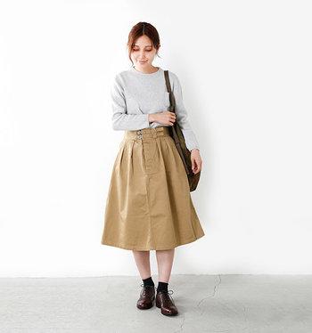 光沢のあるブラウンのレースアップシューズに、ソックスを合わせた足元コーデ。ハリ感のあるフレアスカートにメンズライクなレザーシューズを取り入れることで、甘すぎないスカートスタイルが実現します。