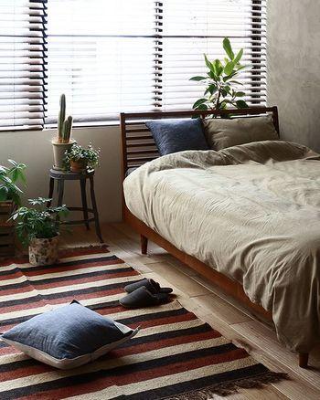 反対色の暖色系×寒色系の組み合わせも、くすみがかったニュアンスカラーなら安眠を誘うカジュアルなベッドルームに。
