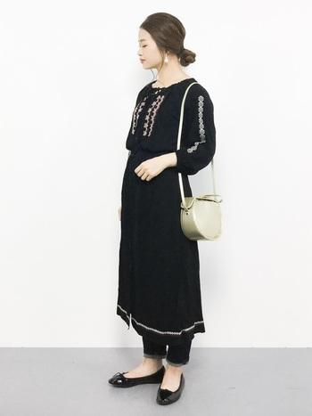 バレエシューズをはじめ、ワンピースからパンツまでダークカラーでまとめたシックな着こなし。刺繍入りのボヘミアンテイストのワンピースも、黒をチョイスすれば秋に似合う大人クールな印象に。