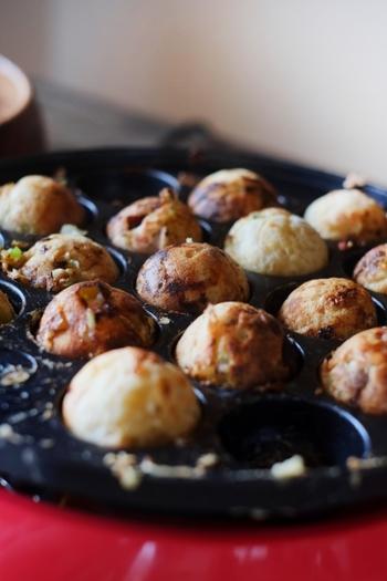 全体を返したら、手を休めずに繰り返して返し、キレイな球体になったら、お皿に盛ってアツアツをいただきます。
