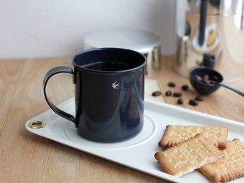 その名のとおりツバメがモチーフに描かれたマグカップです。「不変で不偏」をコンセプトに掲げた、新潟県燕市の老舗金属メーカーが製作しています。フォルムも色合いもすっきりとシンプルなのが特徴です。