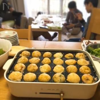 中がトロトロの関西風のたこ焼きレシピ。すりおろした山芋や、天かす、こんにゃく、煮干し粉(または削り粉)などが入っていて、新鮮な味わいと食感に病み付きになりそう。