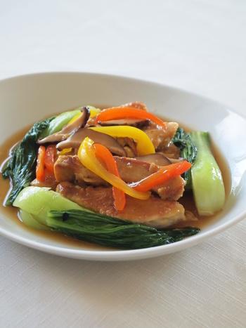 具材を炒めたら、合わせ調味料を入れてサッと煮ます。ごま油で香りを添えれば本格的な中華料理に。