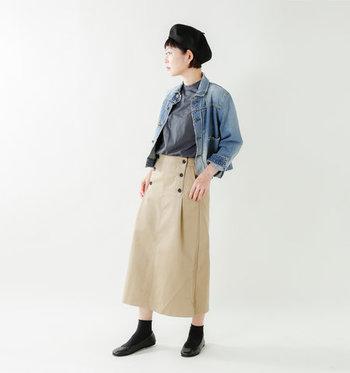 デニムジャケット×チノスカートの大人カジュアルな装いに黒のバレエシューズをプラス。+ソックスの足元コーデを、同色でまとめることで、ショートブーツのような存在感を作っています。
