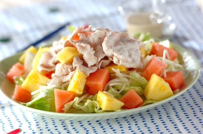 パイナップルの黄色とスイカの赤がとっても華やか!野菜も果物もたくさん摂れるおしゃれでヘルシーなトロピカル豚しゃぶです。スイカはカリウムの力で身体を穏やかにクールダウン、豚肉はビタミンB1でエネルギーをくれるので、夏の定番メニューにしたいですね。サラダランチにも◎