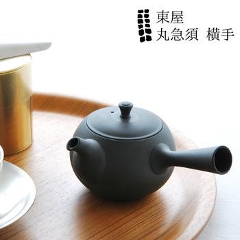 『東屋:丸急須 横手』  常滑焼(とこなめやき)は釉薬をかけずに作られているため、保温性が高いのがポイント。お茶の香りを蓄え、使うほどに香りのよいお茶が淹れられるようになります。経年変化を愛でながらずっと大事にしたくなるアイテムです。