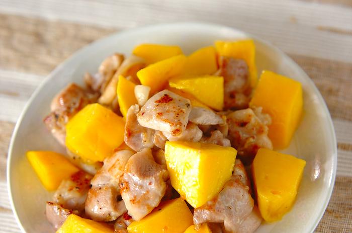 酒やコショウで下味をつけたジューシーな鶏もも肉と、甘いマンゴーの組み合わせが新鮮なレシピ。お醤油やソース類を使わずに、素材の味をシンプルに楽しみます。マンゴーはよく熟れたものを選んで♪