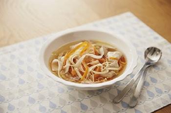 にんじん、だいこん、長ネギを細くスライスしたベジヌードルは、その名の通り麺のような食べ応え。ピーラーで簡単に作れるのも嬉しい。たっぷり野菜に、豚しゃぶのうま味がしみ込んだスープは、さっぱりしているのに深みのある美味しさです。  ※使用調味料:「味の素KKコンソメ」