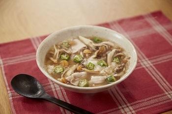 なめこやオクラなど、元気がでるといわれるネバネバ食材をふんだんに使ったスープ。最後に入れるとろろに、豚肉がからんでまた美味しい。つるりとした食感で、食欲がないときにも食べやすい一椀です。  ※使用調味料:「ほんだし®」
