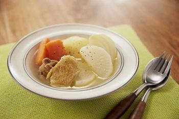 ゴロッとした大きな野菜のポトフは、洋食レストランのような贅沢感のある一椀。 野菜は煮込む前にレンチンすることで時間を短縮◎ 最初にソテーした鶏肉のうま味が、スープの味わいを深くしてくれます。  ※使用調味料:「鍋キューブ®」鶏だし・うま塩
