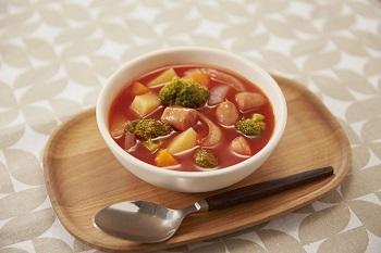 トマトジュースをたっぷり使った簡単ミネストローネは、野菜のうま味が凝縮。トマトの程よい酸味が食欲をそそり、ゴクゴクと飲みたくなります。ぷりっとしたソーセージからはじける肉汁で、美味しさがパワーアップ。  ※使用調味料:「味の素KKコンソメ」