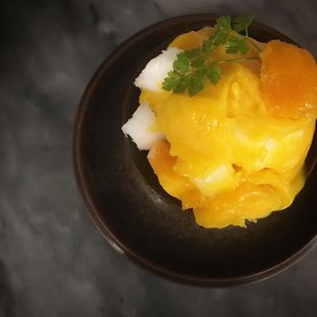 ■マンゴー&オレンジ 夏に食べたくなる!ビタミンカラーのとろりとした食感もクセになるジューシーなコンビ。 マンゴーと柑橘系のシャーベットに角切りマンゴーとナタデココを合わた新食感で具沢山なソルベ。 ほどよい酸味が暑さを忘れさせてくれるはず!