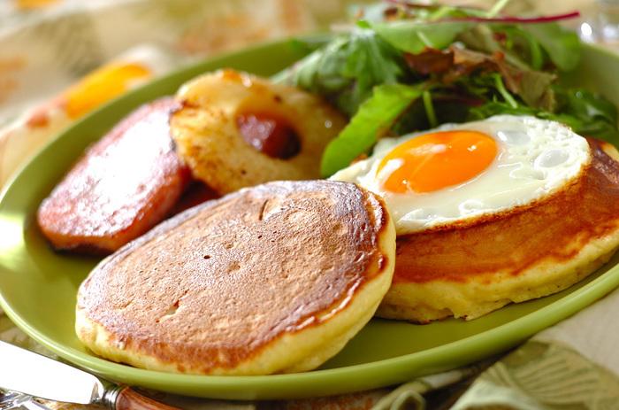 パンケーキとこんがり焼いたお肉にフルーツ…ハッピーなハワイのムード漂う朝ごはんを日本でも♪パンケーキ生地にカッテージチーズを加えることでふんわりと軽い食感になりますよ。ホットケーキミックスを使った簡単レシピは、忙しい朝にもぴったりです。