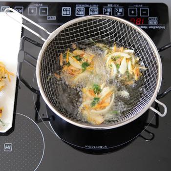 『la base:鉄揚げ鍋22cmセット』  油はね防止ネットがついているので、揚げものもらくらく。 手間のかかる揚げもの料理がちょっと楽しくなるアイテムです。