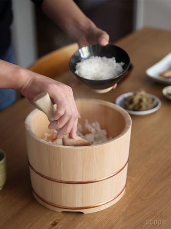 『東屋:おひつ・しゃもじ』  樹齢100年をこえる木曽さわらで作られたおひつ。炊きたてのご飯を適度な水分に保ち、お米の甘みと香りを引き出してくれるそうです。無塗装のしゃもじもオススメ。