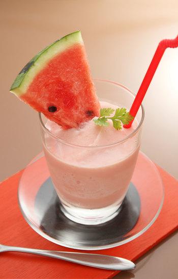 ■スイカのスムージー 夏といえばのスイカは、お子様も大好きなシャリ感が涼しい甘いフルーツ。 ギュッと濃厚な果汁たっぷりでしっかりとした飲み心地が特長。