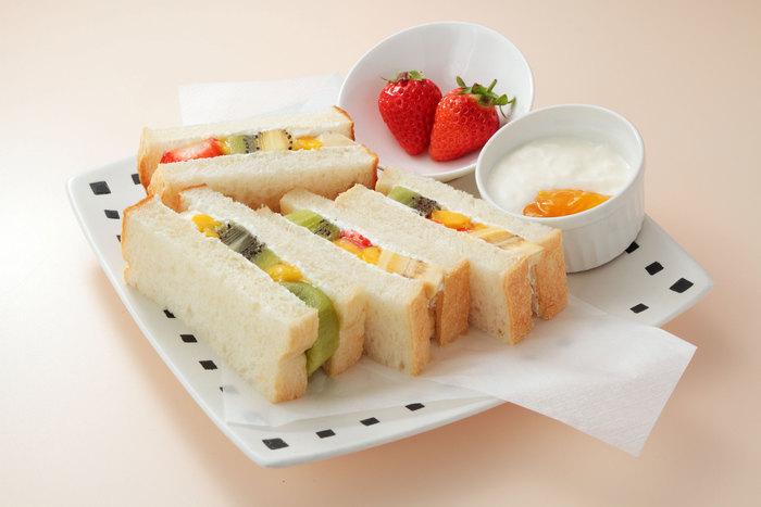 ■フルーツサンド 5種類の食べごろのフルーツがふんだんに詰まった色とりどりのサンドイッチ。 控えめなクリームがフルーツの甘味を引き立てる。 しっとりとしたパンが包み込む絶品サンドは、Saita!Saitaの人気メニュー。