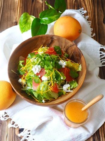 酸味と苦味が美味しいグレープフルーツジュースを使った簡単ドレッシングで、いつものサラダもカフェ風に。