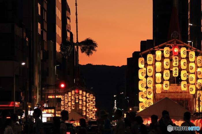 巡行はもちろん、前夜祭として7月14~16日、21~23日に行われる「宵山」も見どころです。夕方になると駒形提灯に明かりが灯り、京都の街は幻想的な雰囲気に包まれます。14日~の前祭の宵山では、四条通り、烏丸通り一帯が歩行者天国になり、屋台などが並んで一気にお祭りモードに。(後祭の宵山では、出店などの出店はないので注意しましょう)