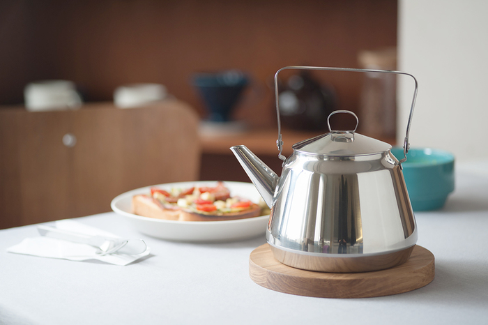 台所道具は色々あるけれど、手に馴染みやすく使いやすいものはいつもきまって美しく、そしてつくる喜びを感じさせてくれます。そんな機能美と、さらに耐久性も兼ね備えた日本の台所道具をご紹介していきます。