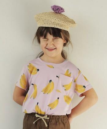 個性的なバナナ柄のTシャツ。大きいプリント柄が子どもらしくなりすぎずとてもおしゃれ!中に水着を着て、ビーチで着ても可愛いですね!