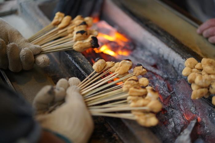 源光庵と光悦寺がある鷹峯エリアの手前、今宮神社の周辺にある二つのあぶり餅屋さん「かざりや」と「一文字屋和輔」。どちらも美味しいと評判で、食べ比べをするひとも少なくありません。*こちらの写真は「かざりや」