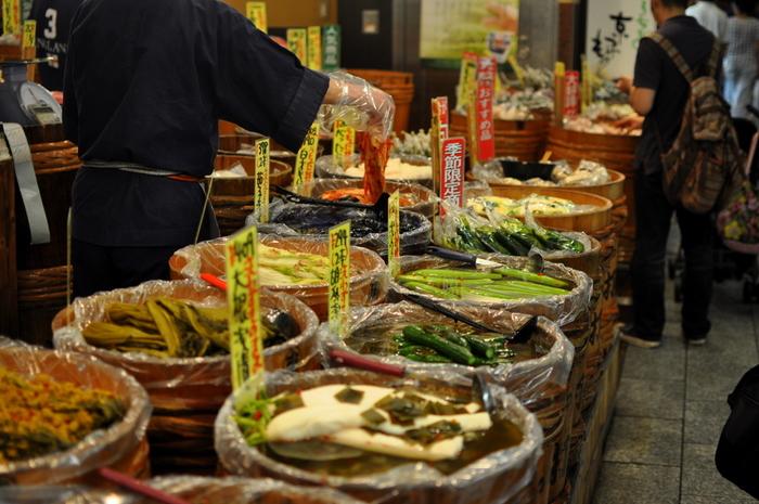錦市場に行ったら見逃せないのが、京都のお漬物店。京漬物と聞くと『壬生菜』や『千枚漬け』が王道ですが、それだけではありません。お店によっても味が違うので、お気に入りをお土産にしてみませんか?せっかくなら地元の方たちが楽しむ味を味わいたいですね。店員さんに色々聞きながら購入できるのも、市場ならではの魅力です。